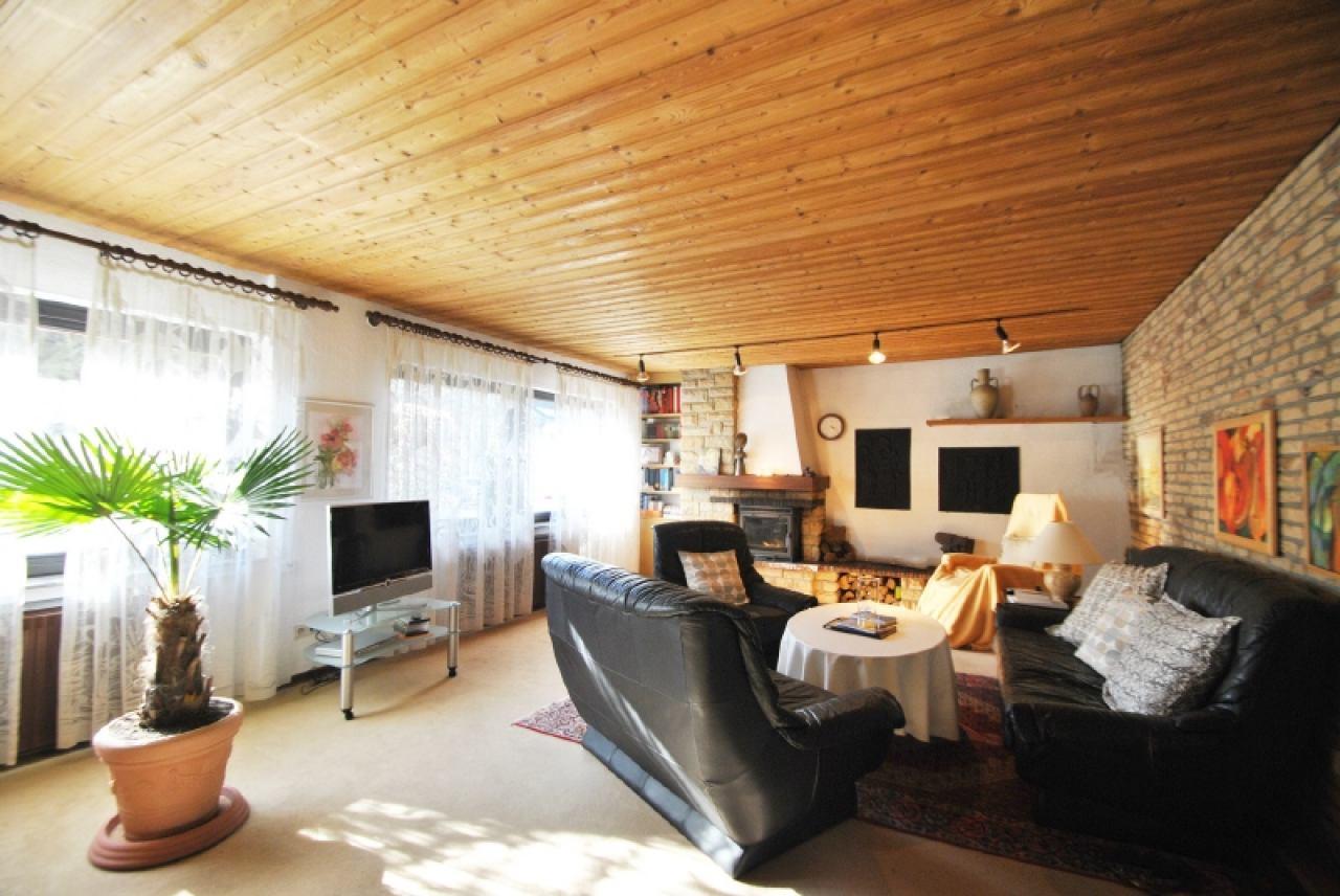 2281 - Wohnraum mit Kamin