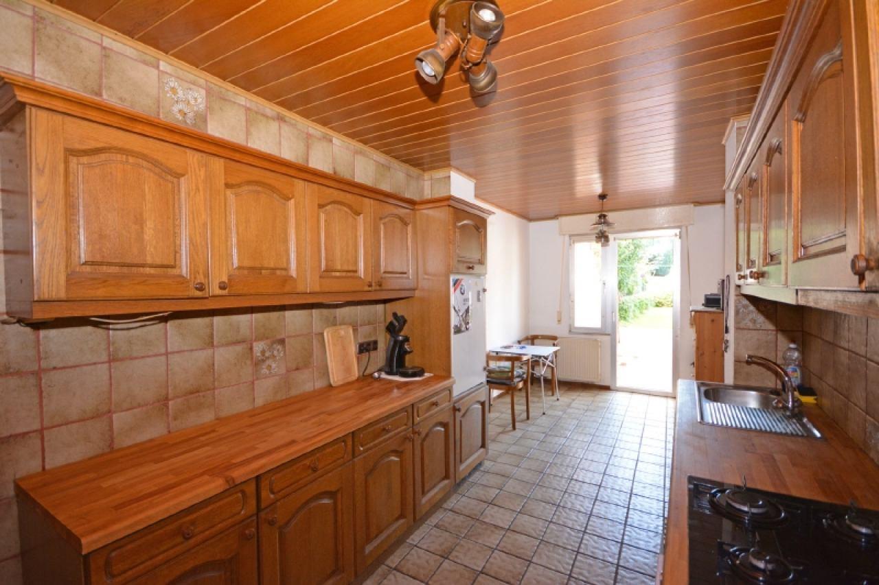 Die Küche mit Zugang zum Garten