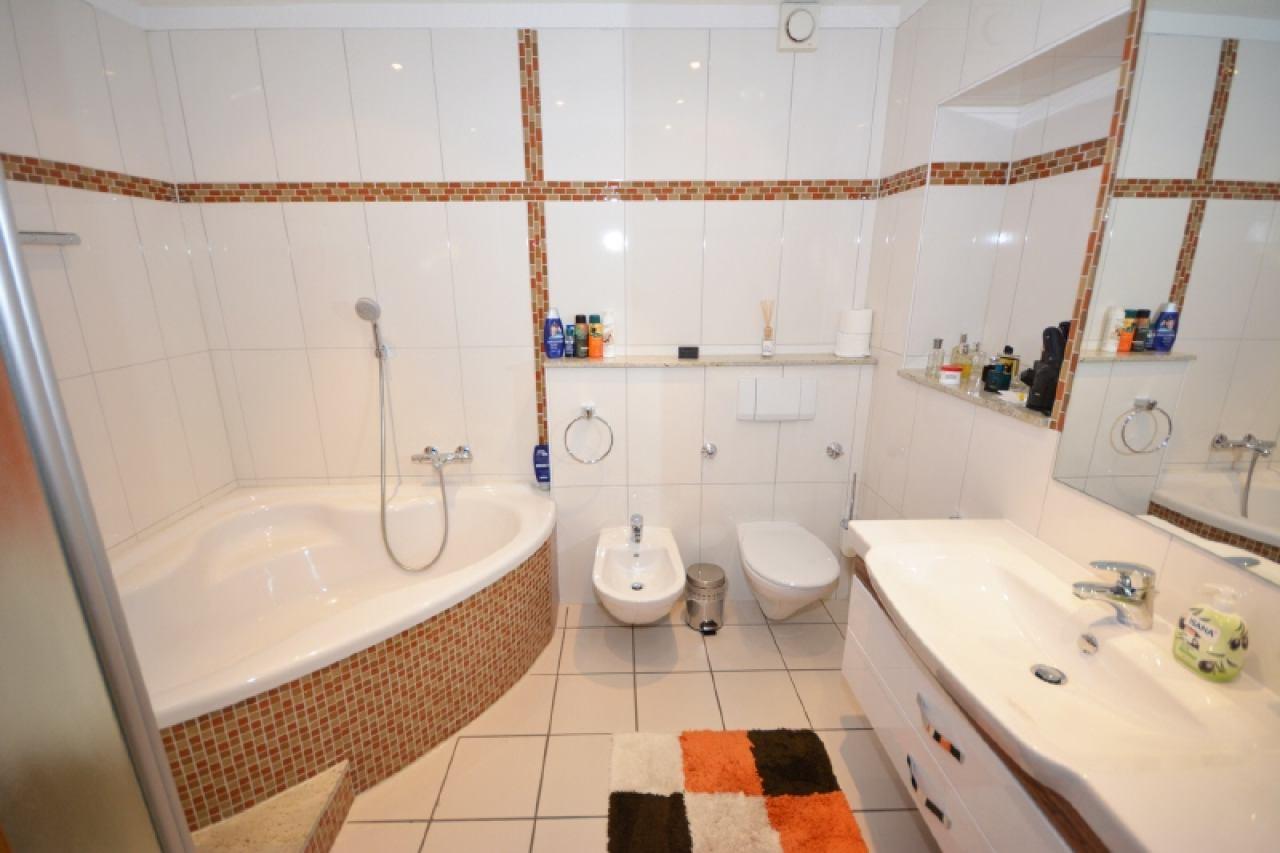 Das moderne Badezimmer im OG