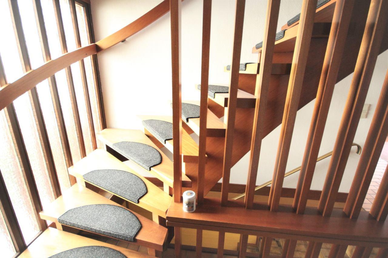 Holztreppe ins Dachgeschoss